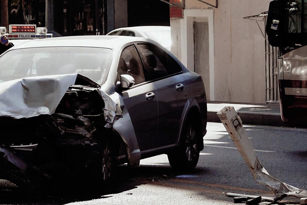 Foto eines Autos mit beschädigter Motorhaube.